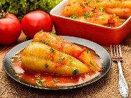 Пълнени чушки (пиперки) с кайма, моркови и ориз с доматен сос на фурна
